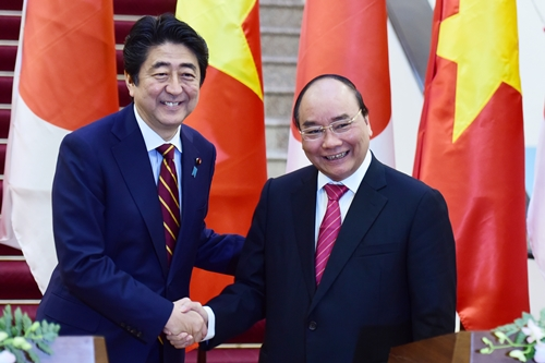 Thủ tướng Nguyễn Xuân Phúc và Thủ tướng Nhật Bản Shinzo Abe bắt tay tại lễ ký văn kiện.