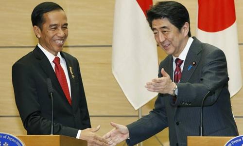 Tổng thống Indonesia Joko Widodo (trái) và Thủ tướng Nhật Bản Shinzo Abe. Ảnh: Japan Times