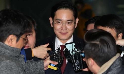 Jay Y. Lee, lãnh đạo tập đoàn Samsung, bị giới truyền thông vây quanh khi rời khỏi Văn phòng công tố viên đặc biệt Hàn Quốc. Ảnh: Bloomberg