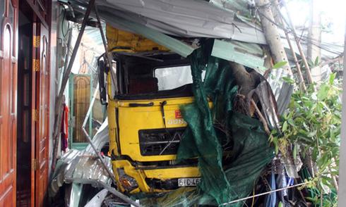Xe container lao vào nhà dân, 2 mẹ con tử vong