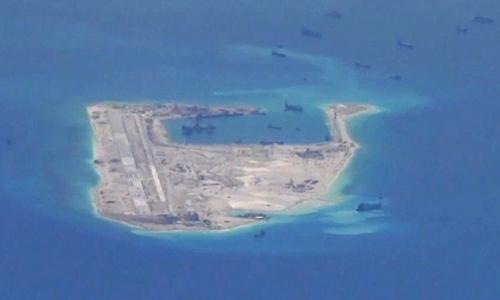 Trung Quốc nạo vét, bồi lấp trái phép ở đảo Chữ Thập, thuộc quần đảo Trường Sa của Việt Nam hồi năm 2015. Ảnh: Reuters