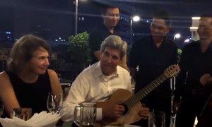 Ngoại trưởng Mỹ ngẫu hứng chơi ghi-ta tại TP HCM
