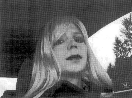 Chelsea Manning mặc như một phụ nữ năm 2010. Ảnh: Reuters.