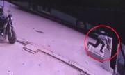 Video người đàn ông lọt hố ga tử vong khi chạy đón xe buýt