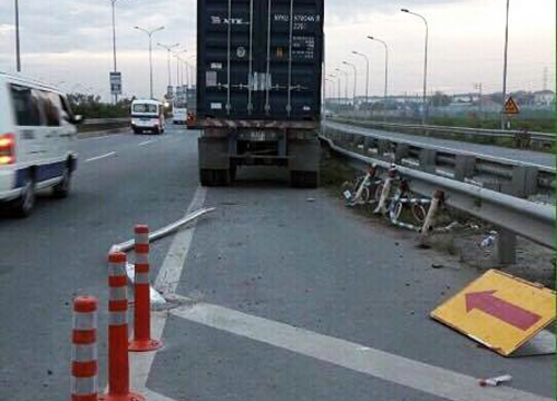 xe-container-lao-vao-lan-duong-xe-may-tren-cao-toc-long-thanh-1