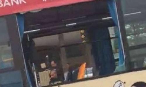 Cửa kính xe buýt bị thổi bay sau vụ nổ. Ảnh: SCMP