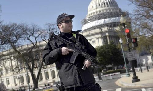 Một cảnh sát trước đồi Capitol, tòa nhà quốc hội Mỹ. Ảnh: AFP