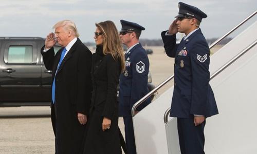 Tổng thống sắp nhậm chức Donald Trump và phu nhân tới sân bay ở căn cứ quân sự Andrews. Ảnh: ABC News