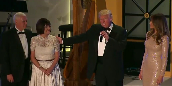 Ông Trump phát biểu bên cạnh phu nhân Melania và vợ chồng phó tổng thống đắc cử Mike Pence.