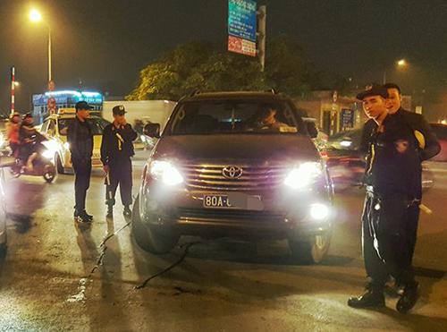 Tài xế xe biển xanh bị khởi tố vì tát cảnh sát cơ động