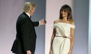Melania Trump mặc váy trắng xẻ tà khiêu vũ cùng chồng