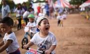 Trẻ em thích thú đua xe tập thăng bằng