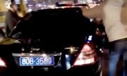 Dân truy đuổi ôtô biển xanh, lôi tài xế ra đánh sau tai nạn