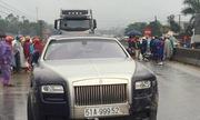 Xe Rolls Royce đâm bị thương hai bố con