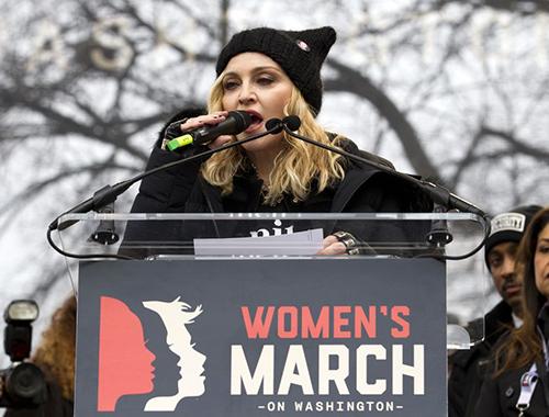 Madonna phát biểu tại cuộc Tuần hành Chị em phản đối ông Trump hôm 21/1 ở Washington. Ảnh: AP
