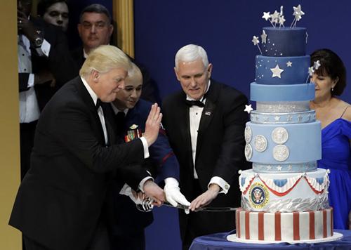 Tân tổng thống Trump cắt bánh kem trong tiệc khiêu vũ của Các Lực lượng Vũ trang Mỹ tối 20/1 vừa qua.