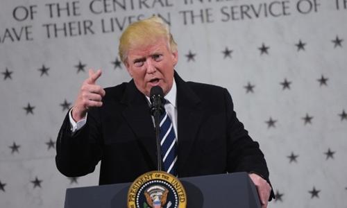 Donald Trump phát biểu trước bức tường tưởng niệm của CIA. Ảnh: CNN