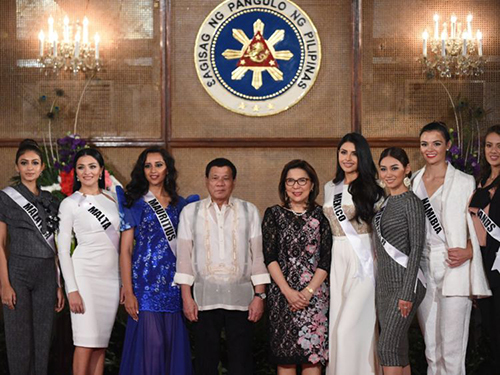 Tổng thống Duterte và Bộ trưởng Du lịch Philippines Wanda Teo (giữa) chụp ảnh cùng các thí sinh Miss Universe tại điện Malacanang