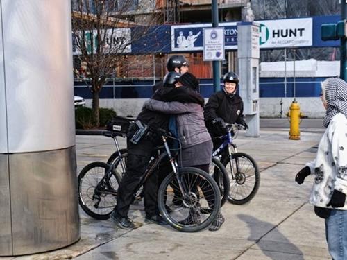 Người biểu tình ôm cảnh sát đạp xe tại Denver. Ảnh: Scott Davidson/Flickr