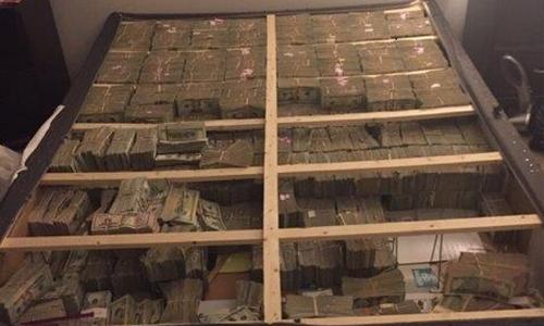 Cảnh sát Mỹ tìm thấy hơn 20 triệu USD giấu dưới đệm trong một căn hộ của nghi phạm. Ảnh: CNN