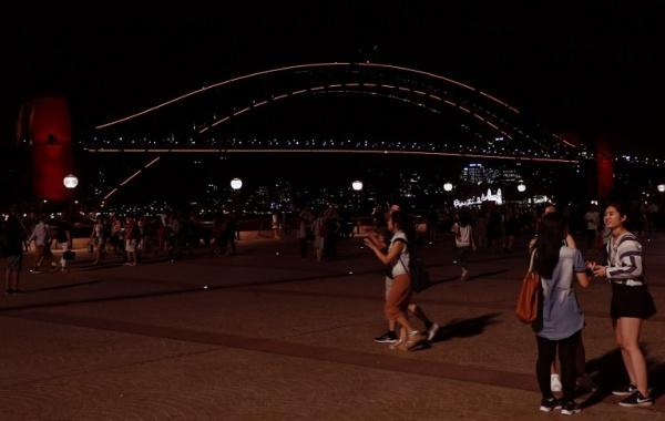 Cầu Cảng Sydney cũng được chiếu sáng màu đỏ. Ảnh: AFP