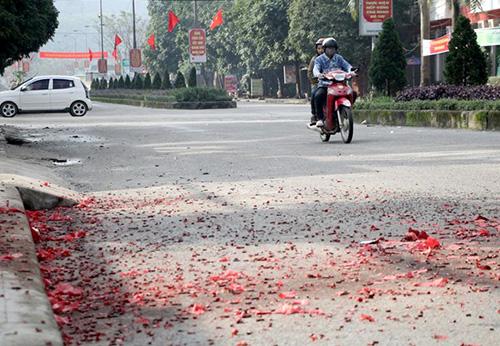 Xác pháo đầy quốc lộ ở Hà Tĩnh
