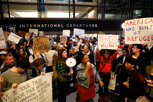 [Caption]People protest against U.S. President Donald Trumps travel ban on Muslim majority countries at the International terminal at Los Angeles International Airport (LAX) in Los Angeles, California, U.S., January 28, 2017. REUTERS/Patrick T. Fallon