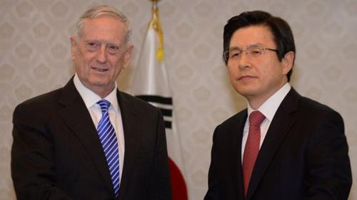 Bộ trưởng Quốc phòng Mỹ Jim Mattis (trái) hội đàm với Thủ tướng, quyền tổng thống Hwang Kyo-ahn. Ảnh: Reuters