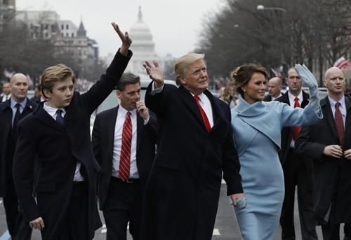 Vợ chồng Tổng thống Mỹ Donald Trump và con trai Barron Trump trong lễ nhậm chức tại thủ đô Washington D.C. Ảnh: Reuters