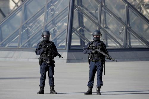 Lực lượng an ninh tại bảo tàng Louvre, Paris sau vụ tấn công. Ảnh: Reuters
