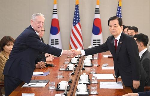 Jim Mattis, tân Bộ trưởng Quốc phòng Mỹ, bắt tay với người đồng cấp Hàn Quốc Han Min-Koo tại trụ sở Bộ Quốc phòng Hàn Quốc ở Seoul. Ảnh: Reuters