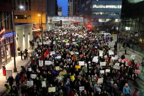 Biểu tình phản đối sắc lệnh của Trump tại People gather outside the Federal Building to protest against U.S. President Donald Trumps executive order travel ban in Minneapolis, Minnesota, U.S. January 31, 2017. REUTERS/Adam Bettcher