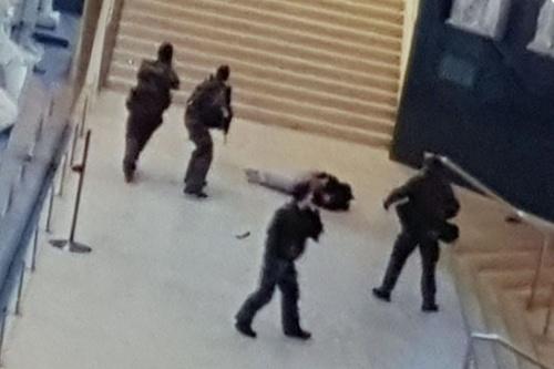 Khoảnh khắc lính Pháp bắn nghi phạm khủng bố. Ảnh: Twitter