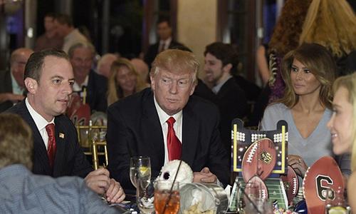 Vợ chồng ông Trump dự tiệc cùng hàng chục khách mời, trong đó có chánh văn phòng Nhà Trắng Reince Priebus.