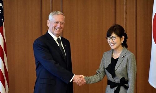 Bộ trưởng quốc phòng hai nước Mỹ, Nhật bắt tay trong cuộc gặp ở Tokyo hôm 3/2. Ảnh: Reuters