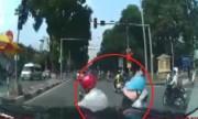2 người đi xe máy nằm trước đầu ôtô vì sang đường ẩu