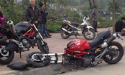 Hai quái vật Ducati va chạm, một xe gãy cổ trước
