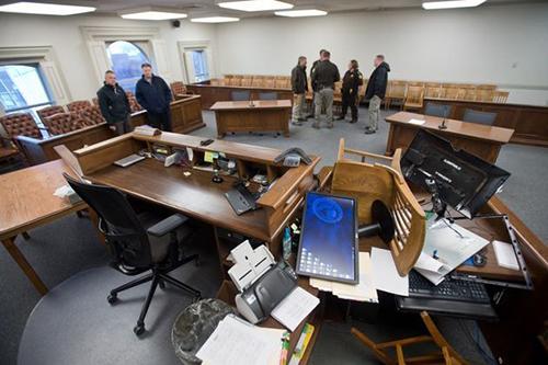Cảnh ngổn ngang ở tòa án sau khiRhoades gây rối. Ảnh: Wishtv