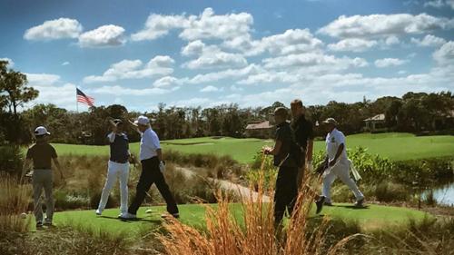 Ông Trumpđập tay với ông Abe khi hai nhà lãnh đạo cùng đến sân golf ở Palm Beach, Florida sáng 11//2.