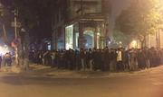 Hàng trăm người xếp hàng xuyên đêm 'săn' áo da đại hạ giá còn 200.000 đồng