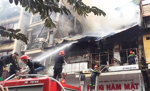 Nhà trong phố cổ Hà Nội cháy dữ dội, một người chết