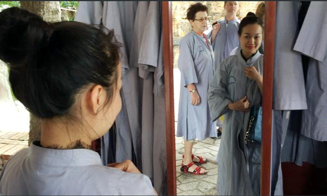 Áo dài miễn phí cho khách mặc 'thiếu vải' đến tháp bà Ponagar