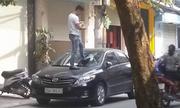 Nam thanh niên giẫm lên ôtô dán băng dính cấm đỗ xe