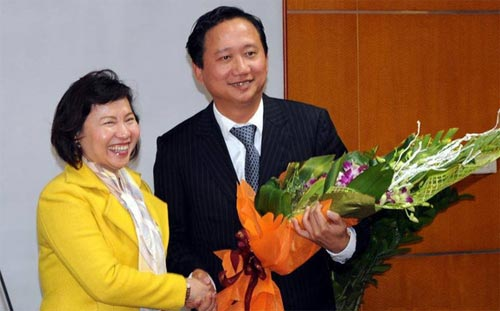 Thứ trưởng Công Thương Hồ Thị Kim Thoa trong một lần trao quyết định bổ nhiệm ông Trịnh Xuân Thanh. Ảnh: Moit.gov.vn