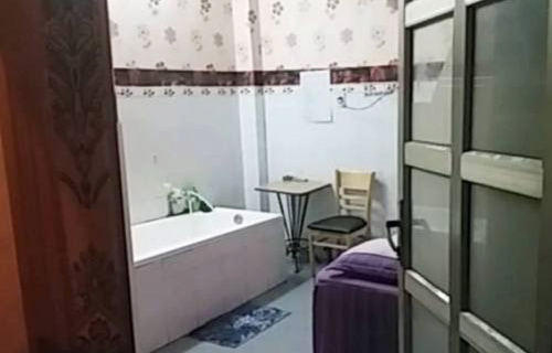 nu-tiep-vien-khoa-than-massage-cho-khach-gia-300000-dong