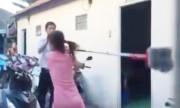 Vợ đi đánh ghen bị bồ nhí của chồng cầm chổi rượt
