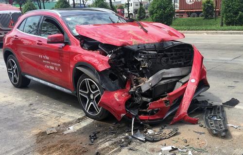 Húc đuôi xe tải dừng đèn đỏ, ôtô Mercedes nát đầu - ảnh 1