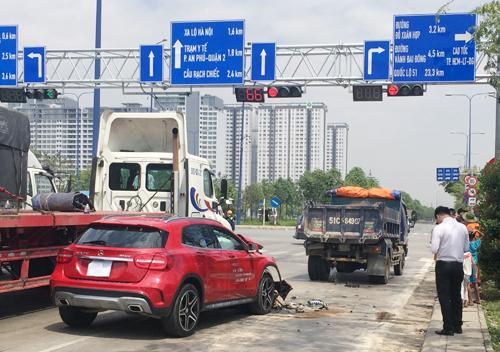 Húc đuôi xe tải dừng đèn đỏ, ôtô Mercedes nát đầu - ảnh 2