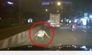 Tài xế phanh gấp tránh người đàn ông lao ra nằm trước đầu xe