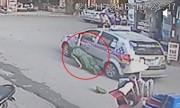 Tài xế kẹp tay công an vào cửa taxi, kéo lê chục mét